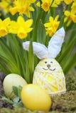 Decorazione floreale sveglia con l'uovo di Pasqua Fotografie Stock Libere da Diritti