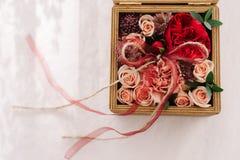 Decorazione floristica della scatola di nozze Immagini Stock