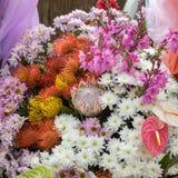 Decorazione floristica di bellezza con i fiori tropicali variopinti fotografia stock