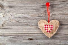 Decorazione a forma di cuore fatta di legno Fotografie Stock