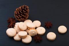 Decorazione francese dei macarons dell'anice stellato di concetto dell'alimento di festa dal mais e dall'anice stellato del pino Fotografia Stock