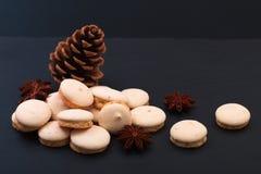 Decorazione francese dei macarons dell'anice stellato di concetto dell'alimento di festa dal mais e dall'anice stellato del pino Immagine Stock Libera da Diritti