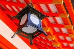 Decorazione giapponese della lampada in santuario rosso Fotografie Stock Libere da Diritti