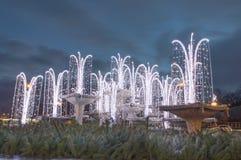 Decorazione illuminata di natale in fontana sul quadrato di Kosciuszko a Gdynia, Polonia Immagine Stock
