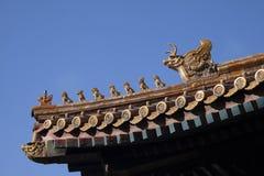 Decorazione imperiale cinese del tetto o incanti del tetto, o figure del tetto con l'imperatore e le creature nella Citt? proibit fotografia stock