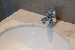 Decorazione interna del bagno moderno del rubinetto immagini stock