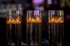 Decorazione interna del ristorante accogliente, candele brucianti immagini stock