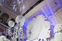 Decorazione interna della tavola del bello ristorante per nozze Fiore Orchidee bianche in vasi candelieri di lusso Immagini Stock Libere da Diritti