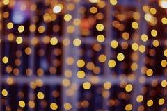 Decorazione leggera punteggiata brillante fuori vaga su una stanza frontale di negozio immagine stock