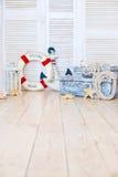Decorazione nello stile del viaggio per mare, delle valigie e dell'ancora, salvagente, lanterna Fotografie Stock