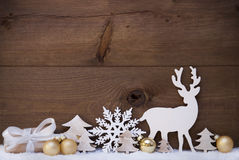 Decorazione, neve, albero, renna e regalo dorati di Natale Fotografie Stock Libere da Diritti