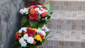 Decorazione per una cerimonia di nozze su un'iarda stock footage