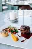 Decorazione pranzante fine piacevole del piatto di stile della bistecca del mignon di raccordo immagini stock libere da diritti