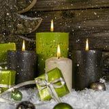 Decorazione: quattro verdi e candele brucianti marroni di arrivo per il chri Fotografie Stock