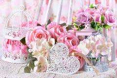 Decorazione romantica di amore con i fiori ed il cuore Fotografia Stock