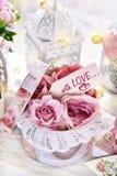 Decorazione romantica nello stile d'annata per i biglietti di S. Valentino o il giorno delle nozze fotografia stock