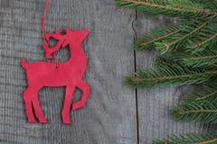 Decorazione rossa di legno dei cervi di natale su fondo di legno Immagini Stock Libere da Diritti