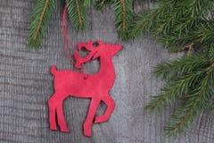 Decorazione rossa di legno dei cervi di natale su fondo di legno Fotografie Stock