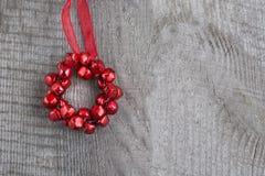 Decorazione rossa di Natale su fondo di legno Fotografia Stock Libera da Diritti