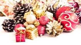 Decorazione rossa e dorata dei regali di Natale e dei globi di scintillio Immagini Stock