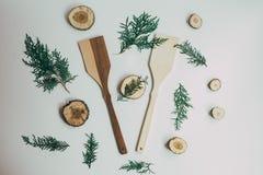 Decorazione rustica della cucina con la coltelleria di legno Decorazione della cucina del paese Fotografia Stock Libera da Diritti