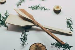 Decorazione rustica della cucina con la coltelleria di legno Decorazione della cucina del paese Immagini Stock Libere da Diritti