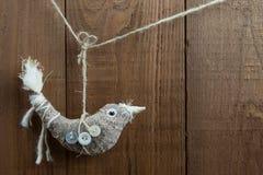 Decorazione rustica di Natale dell'uccello che appende sul fondo di legno Fotografia Stock Libera da Diritti