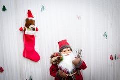 Decorazione Santa Claus d'annata di Natale con i regali fotografia stock libera da diritti
