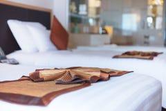Decorazione semplicemente in camera da letto moderna con il fondo del bokeh fotografie stock