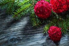 Decorazione sempreverde del nuovo anno dei rami di albero sul bordo di legno immagine stock