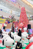Decorazione Snoopy di natale di APM in Hong Kong Fotografie Stock