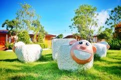 Decorazione sorridente del giardino della sedia delle pecore Immagini Stock Libere da Diritti