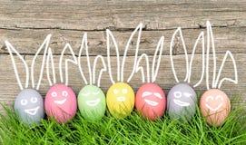 Decorazione sorridente delle uova di Pasqua dei coniglietti divertenti Immagini Stock Libere da Diritti