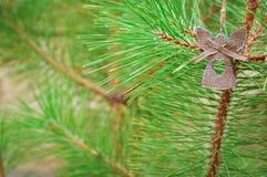 Decorazione sveglia di angelo per l'albero di Natale fuori fotografie stock libere da diritti