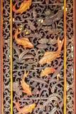 Decorazione tailandese della porta del tempio con il pesce dorato Fotografia Stock