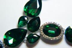 Decorazione verde delle pietre della collana su un fondo bianco Fotografia Stock Libera da Diritti