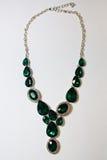 Decorazione verde delle pietre della collana su un fondo bianco Immagine Stock