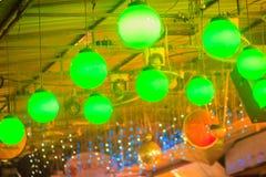 Decorazione verde variopinta delle lampade delle lanterne al mercato di strada in Tha Immagine Stock