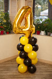 Decorazioni alla moda di compleanno per il ragazzino sul suo quarto compleanno Immagini Stock Libere da Diritti