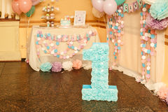 Decorazioni alla moda di compleanno per la bambina sul suo primo compleanno Immagine Stock