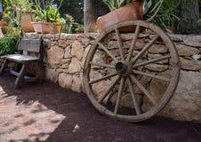 Decorazioni, banco e ruota di legno del giardino Immagini Stock Libere da Diritti