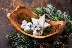 Decorazioni Belhi di Natale in ciotola di legno verde oliva Immagine Stock