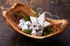 Decorazioni Belhi di Natale in ciotola di legno verde oliva Immagine Stock Libera da Diritti
