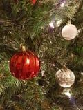 Decorazioni bianche e d'argento di rosso e di Natale della palla Fotografia Stock