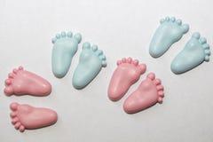 Decorazioni ceramiche dei piccoli piedi del bambino Fotografia Stock Libera da Diritti