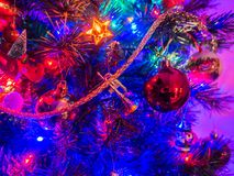 Decorazioni che appendono su un albero di Natale Immagini Stock Libere da Diritti