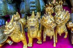 Decorazioni cinesi del mercato delle pulci di Panjuan dei draghi del bronzo della replica Fotografia Stock Libera da Diritti