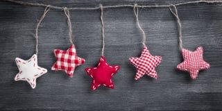 Decorazioni d'annata di Natale che appendono sulla corda Fotografia Stock