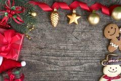 Decorazioni degli ornamenti di Natale con i contenitori di regalo Immagini Stock Libere da Diritti