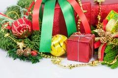 Decorazioni dei contenitori di regalo del buon anno e di Natale Fotografia Stock Libera da Diritti